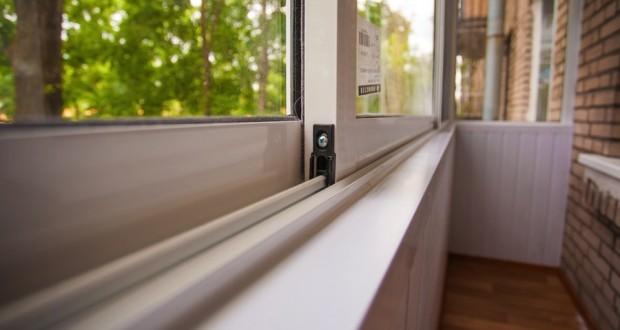 Остекление балконов или лоджий. Пластик или дерево — какой материал выбрать?