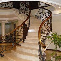 685 Кованая лестница с деревянными ступенями