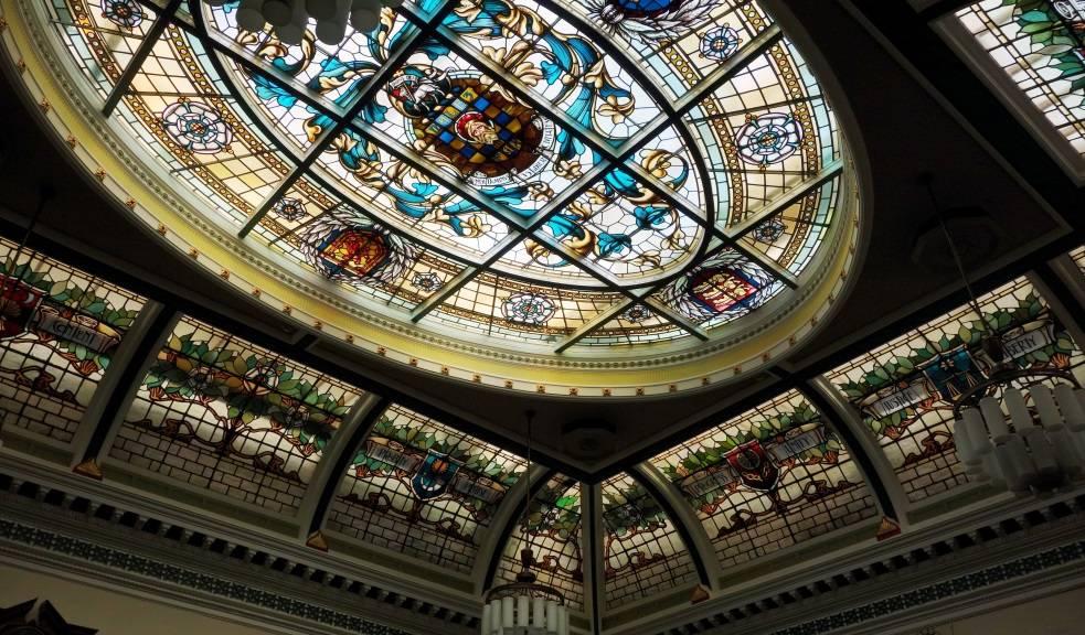 Стеклянные потолки с подсветкой: оригинально, стильно и удобно