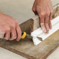 19637 Как правильно вырезать угол на потолочном плинтусе