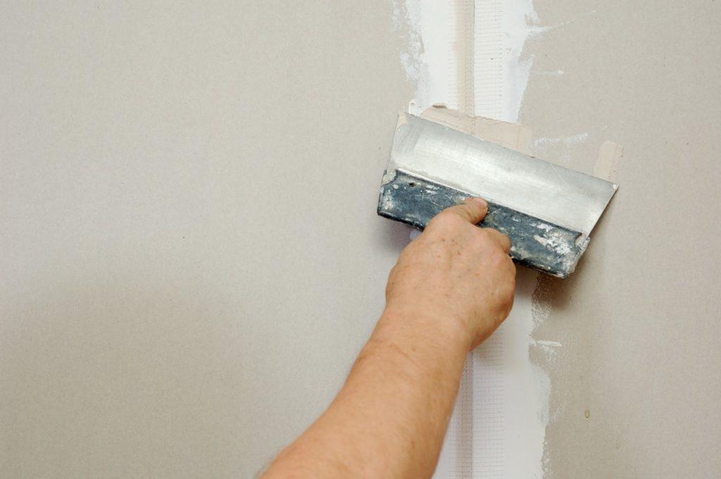 Как заделать трещину на потолке — практические рекомендации