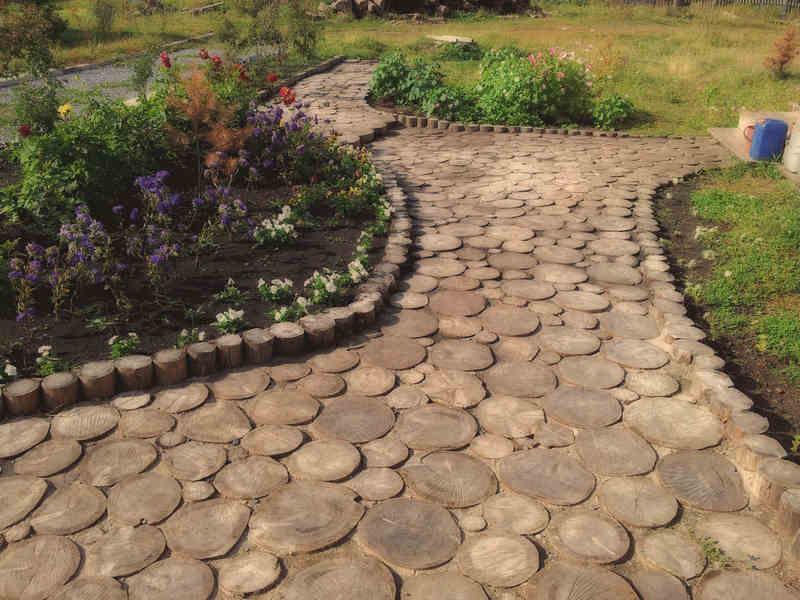 Делаем садовую дорожку из дерева и укладываем ее на участке