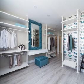 Зеркало на стене отдельной гардеробной комнаты