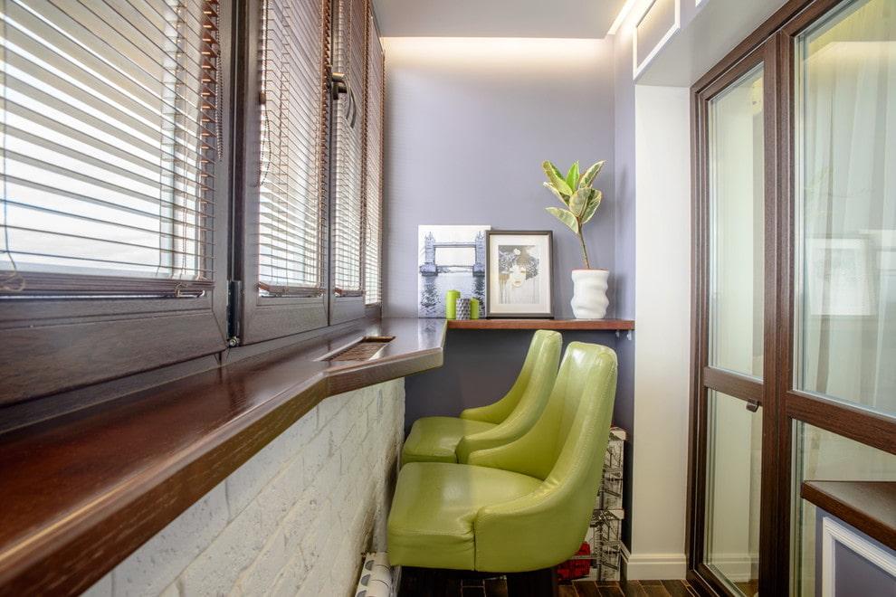 Мягкие барные стулья в интерьере балкона