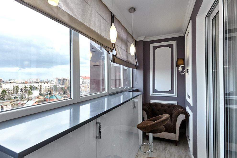 Барная стойка в интерьере балкона в неоклассическом стиле