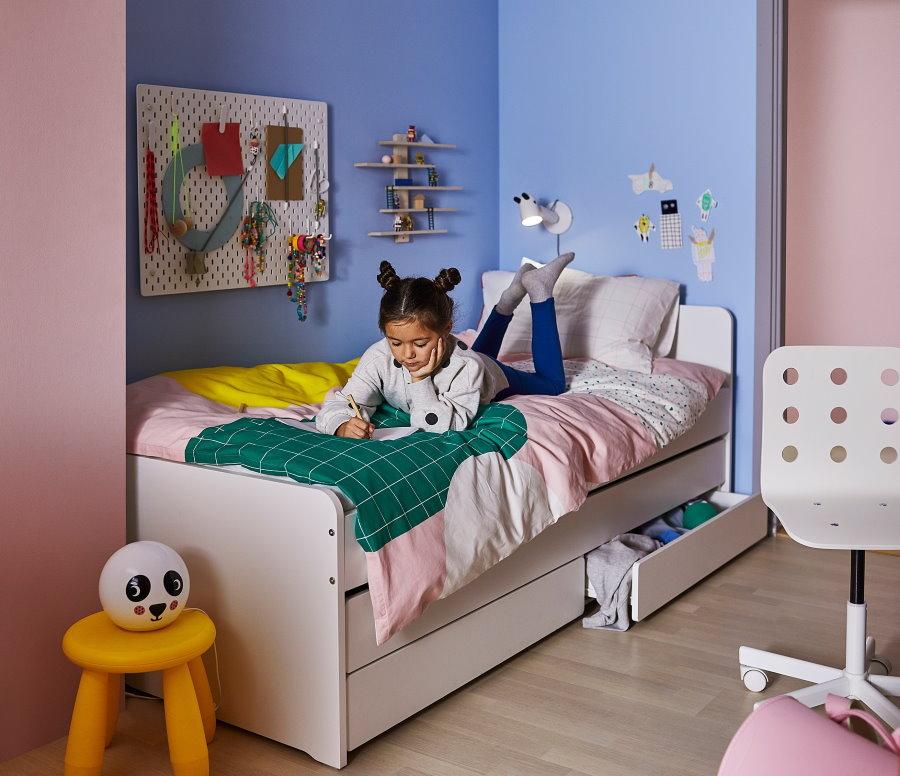 Кровать с выдвижными ящиками в спальне девочки