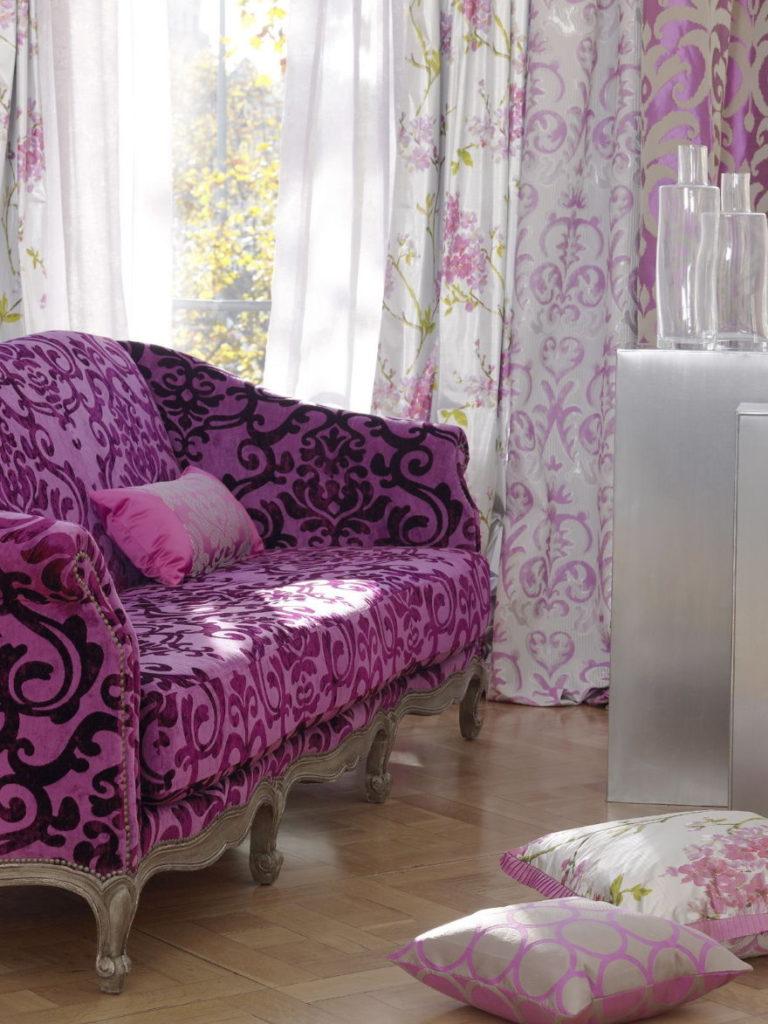 Подбор штор для гостиной с фиолетовым диваном