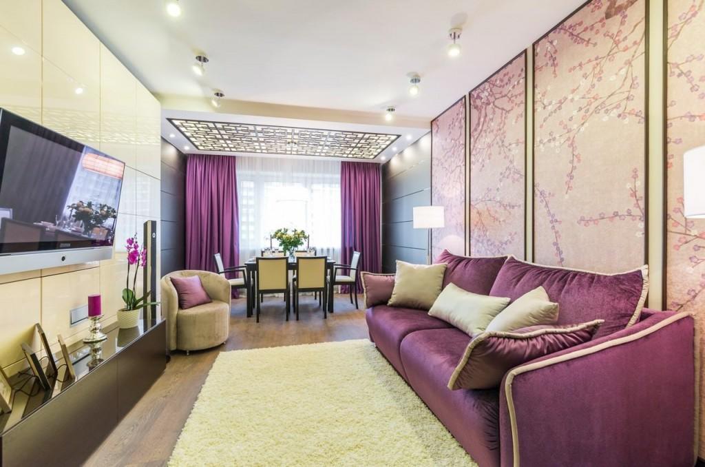 Фиолетовый шторы в гостиной с бежевыми обоями