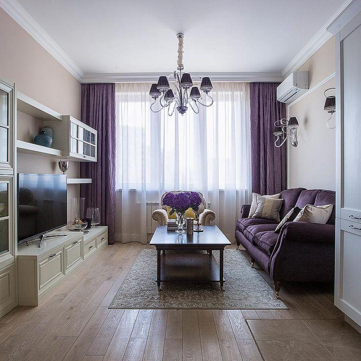 Небольшая гостиная с фиолетовым диваном у стены