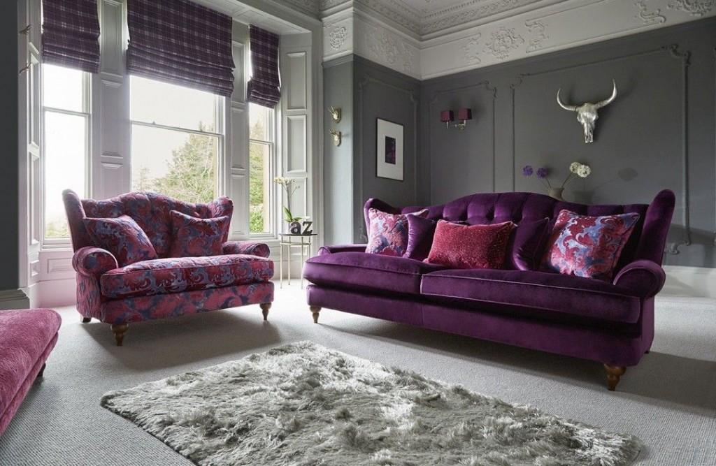 Серая отделка стен в зале с фиолетовым диваном