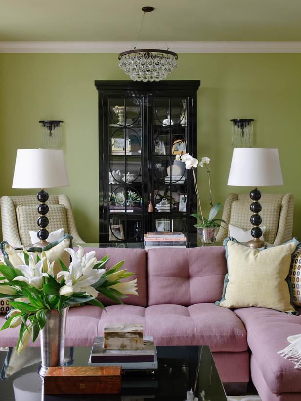 Светло-фиолетовая обивка дивана в зале с зелеными стенами
