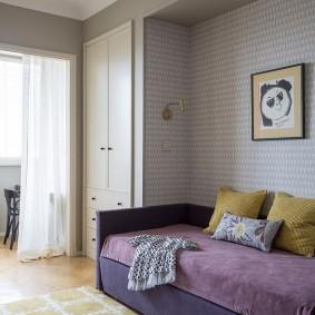 Фиолетовый диван в комнате со светлыми обоями
