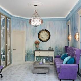 Светло-голубые обои в комнате с фиолетовым диваном