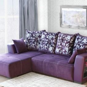 Пестрые подушки на фиолетовом диване