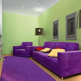 Светло-зеленые стены в маленькой гостиной