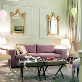 Сиреневый диван в гостевой комнате