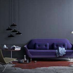 Красивый диван на фоне серой стены