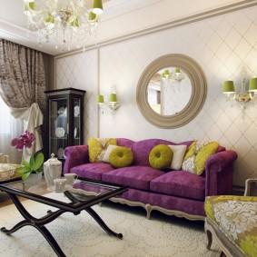 Круглое зеркало над диваном в гостиной