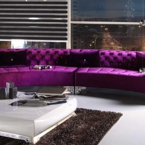 Дугообразный диван с дорогой обивкой