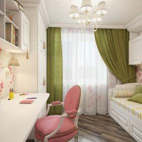Розовый стульчик в комнате девочки