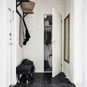 Распашной шкаф в белой прихожей