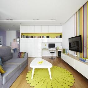 Яркий коврик на полу в гостиной