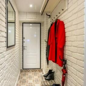 Узкий коридор в квартире старой постройки