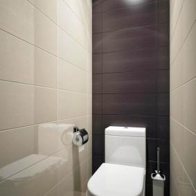 Белый унитаз в небольшом туалете