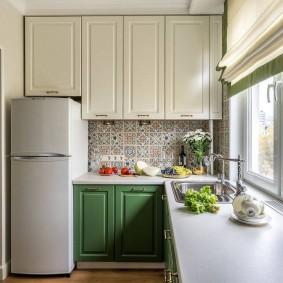 Двухкамерный холодильник на кухне в брежневке
