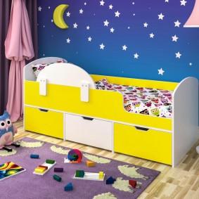 Детская кровать с желтыми фасадами
