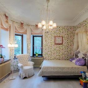 Просторная детская комната с креслом возле кровати