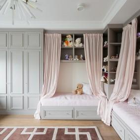 Розовые занавески на кроватях дочерей