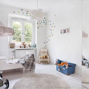 Белая кроватка в детской скандинавского стиля