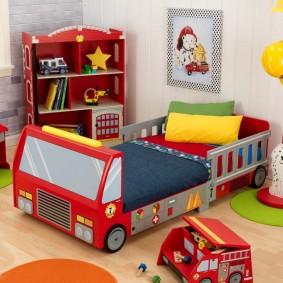 Кровать-автомобиль в спальне мальчика