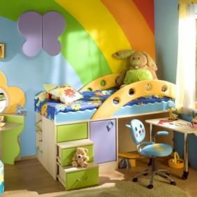 Обои с радугой на стене в детской спальне