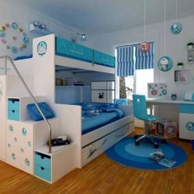 Двухъярусная кровать в комнате мальчиков разного возраста