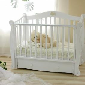 Безопасная кроватка для маленького ребенка