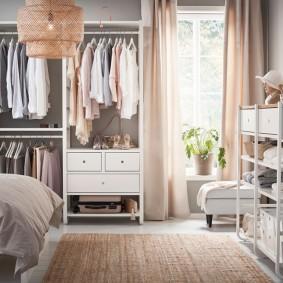 Открытый гардероб в женской спальне