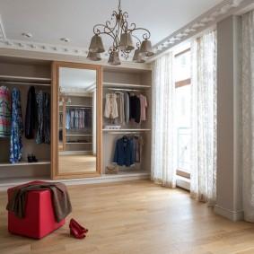 Просторная гардеробная комната с окнами
