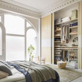 Встроенный гардеробный шкаф в спальной комнате