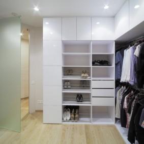 Угловая гардеробная с белой мебелью