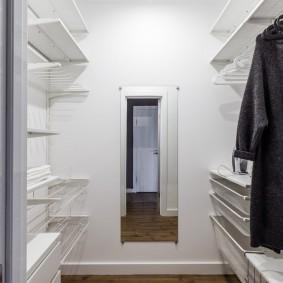 Открытые полки внутри небольшой гардеробной