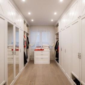Точечные светильники на потолке гардеробной комнаты