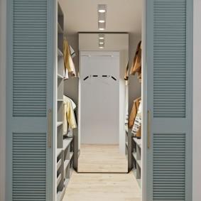 Узкое зеркало в гардеробе с параллельной планировкой
