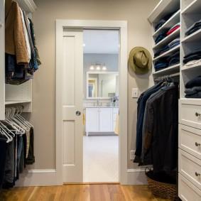 Удобная гардеробная на входе в комнату