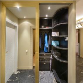 Компактный гардероб с купейными дверями
