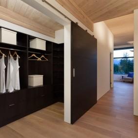 Белые коробки на черных полках в гардеробной