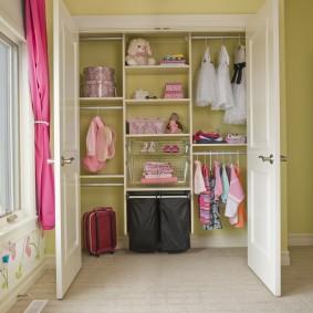 Детский гардероб в нише стены спальной комнаты