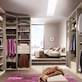 Модульная мебель в просторной гардеробной