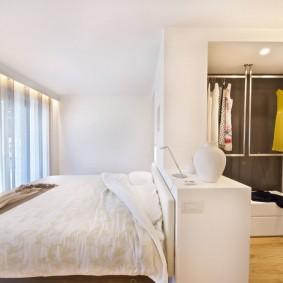 Зонирование спальни с открытым гардеробом